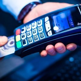Bloquear cartão de crédito sem aviso prévio gera indenização