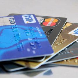 Quase metade dos usuários já sujou o nome com cartão de crédito, diz pesquisa do CNDL e SPC Brasil