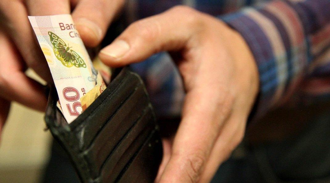 Bolsonaro assina decreto e salário mínimo em 2019 aumenta para R$ 998
