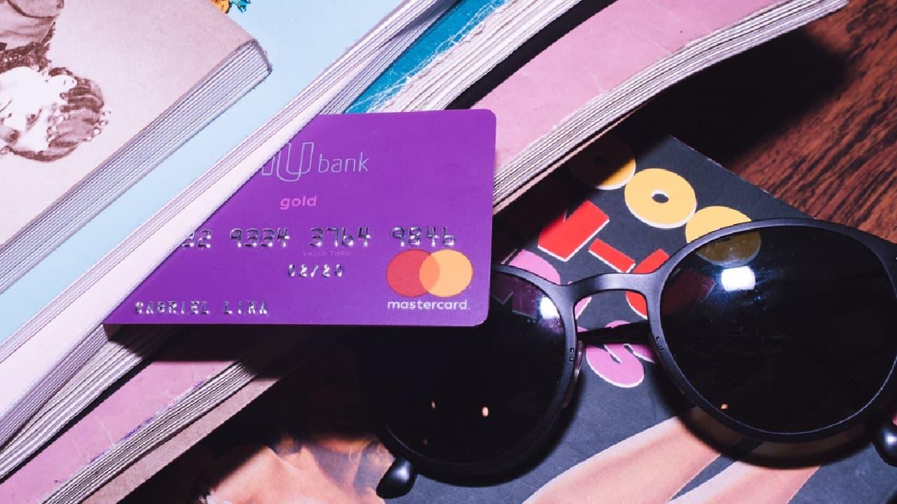 1e6a5ad473 Tanto no C6 Bank quanto no Nubank é possível personalizar o nome no cartão  de crédito. Saiba como fazer isso.