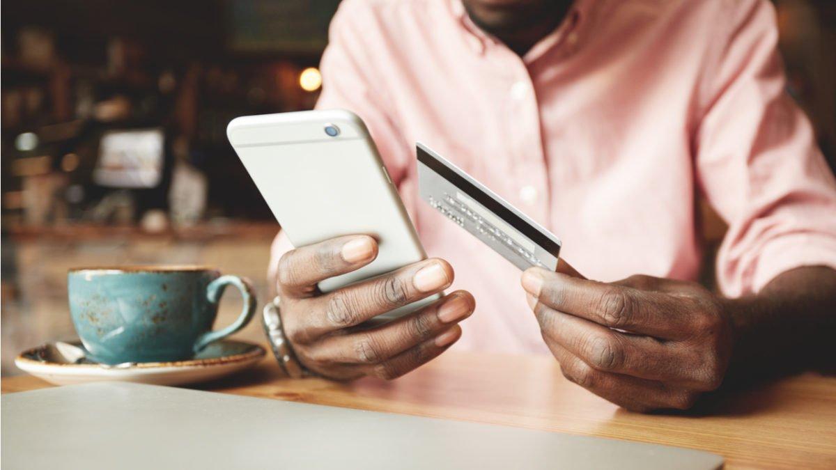 Brasileiro concilia cartão de crédito e conta corrente pra gerenciar as finanças