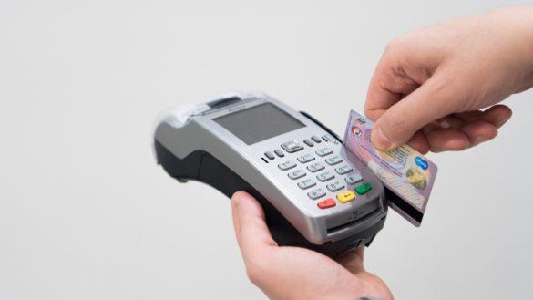 qual a diferença entre cartões de crédito e cartões de débito