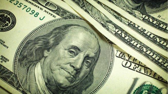 dólar leve queda