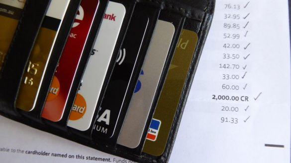 Ter muitos cartoes de crédito aumenta ou diminui o score