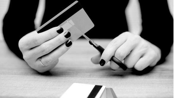 Trocar cartões de crédito antigos por um digital pode despencar seu score