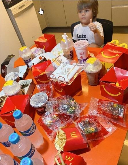 menino compra lanches do McDonald's